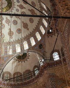 Nachdem die Blaue Moschee noch für Gebete genutzt wird sollte man sich an gewisse Regeln halten und zum Beispiel keinen Blitz beim Fotografieren nutzen. Man sollte sich beim Fotografieren auf die Architektonischen Besonderheiten beschränken und den gläubigen Menschen respektvoll gegenübertreten. Istanbul Sehenswürdigkeiten Highlights und Tipps für einen Tag am Blog. Auf unserem YouTube Kanal gibts auch ein Video. Folgt uns fur weitere Eindrucke auf @gindeslebensblog As the Blue Mosque is… Youtube Kanal, Blitz, Ferris Wheel, Gin, Istanbul, Highlights, Fair Grounds, Instagram, Blue Mosque