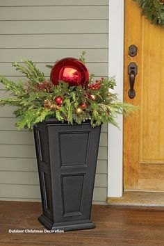 35 outdoor holiday planter ideas to decorate your porch at Christmas - Decorations & Holiday Decor Best Outdoor Christmas Decorations, Diy Christmas Ornaments, Christmas Lights, Xmas Decorations, Front Porch Decorations, Outdoor Christmas Planters, Christmas Wreaths, Front Porch Planters, Patio Planters