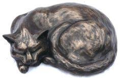 Этот холодный литой бронзы кошка скульптура выполнена полностью вручную скульптора Петра Клоуз в своей студии в Сомерсет.  Каждый ограниченное издание кошка скульптура выгравированы вручную Петром со своим уникальным номером издания и придет к вам с подписанным сертификатом подлинности.  Длина 35см / 14 дюймов Вес 5 кг Ограничен тиражом 500 £ 140.00