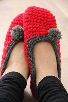 Návod na háčkované papučky (bačkory) Crochet Gloves, Knitted Slippers, Crochet Slippers, Knit Crochet, Crochet Crown, Crochet Projects, Diy And Crafts, Winter Hats, Knitting