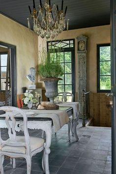 love the giant urn on the dining room table. Une maison de campagne qui fait du charme - CôtéMaison.fr