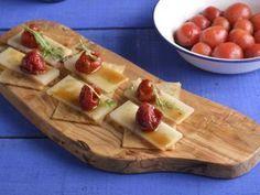 Appetizers de tomates confitados, queso y rúcula
