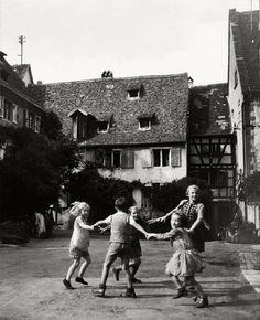 Jeau d, enfants a Riquewihr, Alsace 1945 Robert Doisneau Robert Doisneau Photos, Old Pictures, Old Photos, Henri Cartier Bresson, French Photographers, Photojournalism, Vintage Photographs, Vintage Children, Belle Photo
