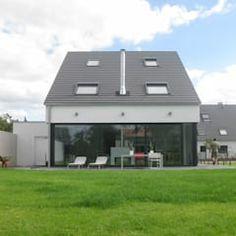 Neubau eines Einfamilienhauses mit Garage 50999 Köln: moderne Häuser von STRICK Architekten + Ingenieure