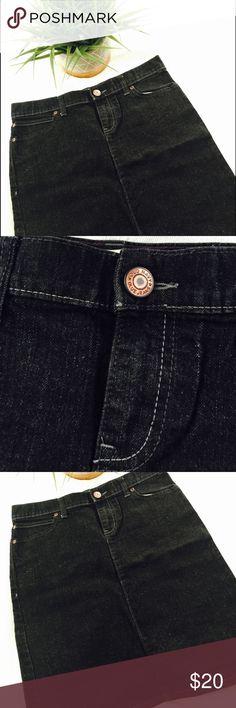 Black old navy jean skirt No damages. 2 front pockets 2 back pockets. Front zipper. Back slit. Measurements waist 15 hips 17 length 19.3 Old Navy Skirts Midi
