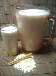 Agua de Avena. Deja remojando por 3 horas una taza de avena, con 3 tazas de agua y un poco de canela en polvo. Licúa todo el contenido y viertelo en una jarra utilizando un colador. Agrega 2 litros de agua, un chorrito de vainilla y azúcar al gusto, de preferencia poca. ¡Y listo disfrútala bien fría!