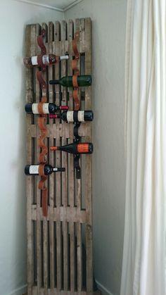 Stillads tralle + gamle bælter =vinreol :-)