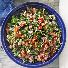 Classic tabouli Tabouli is a Lebanese salad made with fresh herbs, tomatoes and bulgur. It can be eenjoyed at a delicious summer dinner party or as a simple salad in a weeknight dinner. Ww Recipes, Vegetarian Recipes, Cooking Recipes, Healthy Recipes, Delicious Recipes, Yummy Food, Tabouli Salad Recipe, Points Weight Watchers, Vegetables