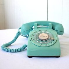 15 Household Mainstays from Your Childhood That You Won't Find in New Homes - Rotary Phone Informationen zu 15 Household Mainstays from Your Childhood That You Won't Find in Ne - Telephone Vintage, Vintage Phones, Architecture Design, Antique Phone, Bleu Pastel, Old Phone, Vintage Turquoise, Rotary, Household Items