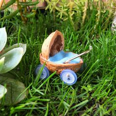 Another walnut shell idea Fairy baby carriage tutorial (one walnut shell + 4 buttons + 2 toothpicks + one wooden bead + one silver paperclip + crap of felt + glue) Mini Fairy Garden, Fairy Garden Houses, Gnome Garden, Fairy Garden Plants, Fruit Garden, Fairy Garden Furniture, Fairy Crafts, Beautiful Fairies, Fairy Garden Accessories
