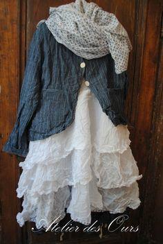 SILHOUETTE CLARA : Veste en lin ray�e EWA IWALLA, tunique en organdi blanc, jupe en lin ray�e, echarpe et sac
