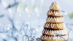 Plejer du at købe en kransekage hos bageren til nytårsaften? Det er der faktisk ingen grund til, for det tager kun en times tid at bage den selv af lutter gode råvarer. Her viser vi dig trin-for-trin, hvordan du laver et kransekage-tårn til årets sidste aften