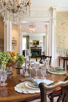 Elegant Dining Room, Beautiful Dining Rooms, Dining Room Table, Victorian Living Room, Victorian Decor, Dinning Room Wallpaper, English Country Style, Fine Dining, Interior Inspiration