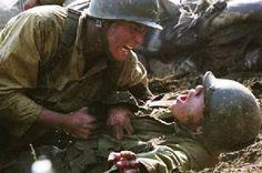 Taegukgi hwinalrimyeo (The Brotherhood of War) (2004): Yönetmenliğini Je-gyu Kang'ın yaptığı film bizim de zamanında dahil olduğumuz ünlü Kore Savaşı'nı konu ediyor. İki kardeşin savaş esnasında yaşadığı ilginç hikayesi üzerine olan film, usta işi savaş sahneleri ve savaşı her yönüyle ele alabilmesi ile bence klasikler arasında yerini alabilecek kalitede. Düşman kardeşler Kuzey ve Güney Kore'nin savaşı iki kardeş özelinde son derece güzel ve derinlikli işlenmiş.