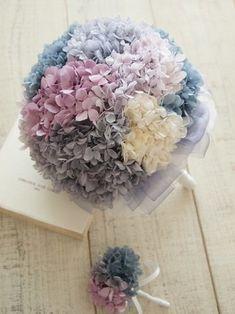 半円状や球状に花を束ねたラウンドブーケは、ガーリーで可愛らしいフォルムが人気です。Aラインやベルライン、プリンセスラインなどのふんわりとボリュームのあるドレスと相性が良いブーケです。