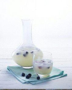 Bitter-Lemon mit Blaubeer-Eiswürfel