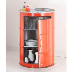Barril de metal reaproveitado para uso como um armário para ítens de cozinha. Ficou bem legal! E pensar que um dia essa peça armazenou 159 litros de petróleo...