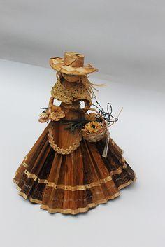 Dolls hand made. Vendedora de flores. Pequeña escultura en calceta de plátano. Estructura en alambre. Artesanía