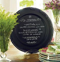 Pintado com spray preto, o prato vira uma lousa diferente e exclusiva
