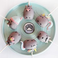 I mean paw! How cuuuute are these Pusheen cake pops by We have Pusheenicorn, mermaid… Pusheen Birthday, Cat Birthday, Pusheen Cakes, Keks Dessert, Comida Disney, Cookie Pops, Cute Desserts, Cat Party, Monster Party