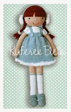 Sweet Viki - lalka wykonana na szydełku. Lalka ubrana jest w białą bluzeczkę z bufkami i niebieską spódniczkę, wykonane ręcznie na drutach...