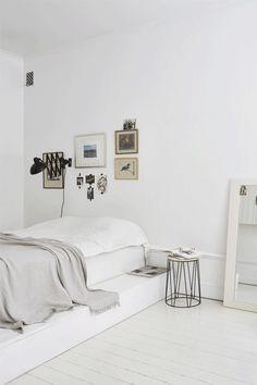 Inspiração de quarto minimalista com toques de design escandinavo, todo branco.