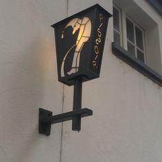 Comme les lanternes s'adaptent à tous les usages. Les Artisans du Lustre fabriquent sur mesure tout style de lustre et luminaires. www.i-lustres.com #lanterne #lantern #lighting