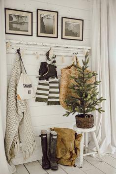 Simple & Easy Winter Entryway - Home decor cozy Vestibule, Decorating Your Home, Diy Home Decor, Winter Home Decor, Home Decoration, Garden Decorations, Snowman Kit, Ideas Hogar, Little Christmas Trees