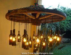 Lámpara de Rueda de carreta con botellas de vidrio. Www.CreacionesHangaro.com…