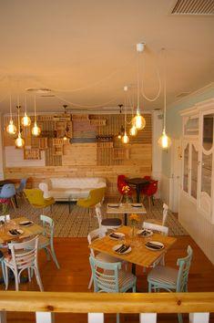 Ideas de #Comedor, Restaurante, estilo #Eclectico color  #Rojo,  #Amarillo,  #Azul cielo, diseñado por estudio2interiorismo  #CajonDeIdeas