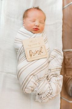 Wooden hello my name is sign. Newborns hospital photo name tag Cute Baby Names, Cute Babies, Baby Arrival Announcement, Newborn Outfits, Baby Outfits, Getting Ready For Baby, Baby Stickers, Baby Name Signs, Hello My Name Is