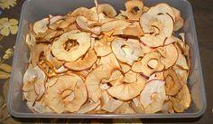 Äppelskivor som man torkat är riktigt smaskens, perfekta att trycka ner i muffinssmeten innan gräddning. Koka kräm eller ät fruktchips som godis. Nästan all frukt går att torka på samma sätt, päron, ananas, kivi osv. Snack Recipes, Snacks, Stuffed Mushrooms, Chips, Vegetables, Kitchen, Crafts, Food, Snack Mix Recipes