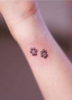 tatouage patte de chien, pattes de chien tatouées sur l'avant bras