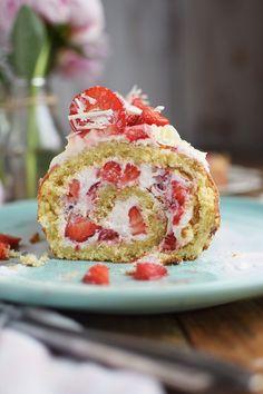 Erdbeer Quark Biskuitrolle - Strawberry Cake Roll | Das Knusperstübchen