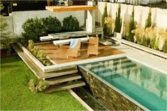 Me encanta esta piscina... el espacio para descansar y la caída de agua con su fuente