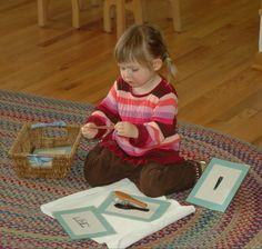 Först lär sig barnen namnet på föremålen. Senare matchar de verkliga föremål med bildkort. På detta sätt lär de sig att bilden representerar verkliga saker som de har erfarenhet av.