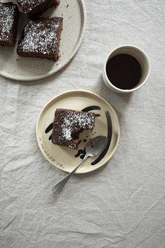 Perník na plech s čokoládovou polevou | Kefir, Panna Cotta, Ethnic Recipes, Tableware, Food, Dulce De Leche, Dinnerware, Tablewares, Essen