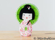 Broche de fieltro kokeshi con parasol