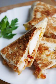 Quesadilla z kurczakiem (qurrito jak w KFC) - Przepis - Blog kulinarny Kurkanielotka.pl Aga, Sandwiches, Food And Drink, Quesadillas, Impreza, Cooking, Ethnic Recipes, Kitchen, Roll Up Sandwiches