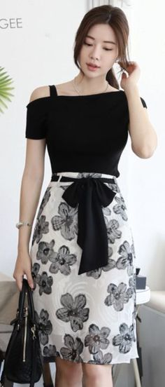 StyleOnme_Monochrome Floral Print Ribbon Tie Belt Skirt So Modest Fashion, Hijab Fashion, Fashion Dresses, Skirt Belt, Monochrom, Feminine Style, Feminine Fashion, Skirt Outfits, Asian Fashion
