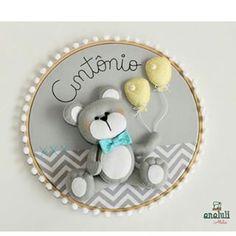 O porta maternidade do Antônio ficou super moderninho.O chevron deu um toque a mais para o projeto!! Adorei o resultado!! #felt #feltro #bebê #baby #mamãe #urso #bear #maternidade #nascimento #portamaternidade #chevron #cinza #amarelo #azul #gestação #gestante #ateliê #artesanato #decor #decoraçãodequartodebebê #decoraçãodeinteriores #decorando #amor #hadmade #arte #moderno #enxoval