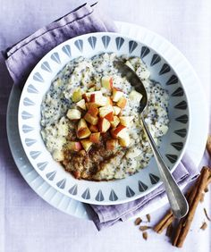 Lav sund morgenmad på bare 10 minutter med den her opskrift på en god grød med havre, chiafrø, æble og kanel.