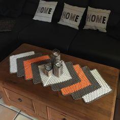Häkeln/ Anleitung Tischläufer / Grannydecke Crochet Table Runner, Square Blanket, Love Crochet, Filet Crochet, Doilies, Table Runners, Crochet Projects, Diy And Crafts, Projects To Try