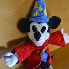 Mickey Mouse Fantasía Amigurumi - Patrón Gratis en Español - Patrón Mickey aquí: http://amigurumies.blogspot.com.es/2014/07/mickey-mouse-patron.html - Patrón Babuchas, Gorro, Capa y Vara aquí: http://www.patronesamigurumi.org/patrones-gratuitos/personajes/mickey-mouse-fantasa/