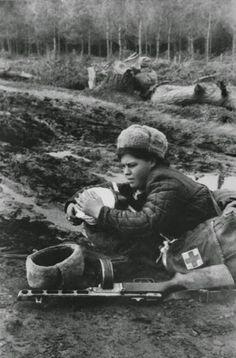 Enfermera soviética en primera línea socorriendo a un herido