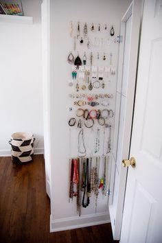 ganchos donde puedes colgar accesorios y puedes colocarlos detrás de la puerta del cuarto