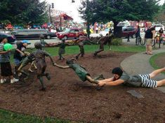 People Making Awkward Fun With Statues. Fun with statues and Funny Statue pictures. Some say they're simply having fun with statues not paining. Funny People Pictures, Funny Photos, Hilarious Pictures, Fun With Statues, Funny Statues, Weird Inventions, People Poses, People Having Fun, Photo Images