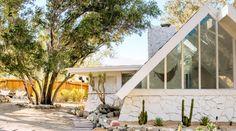 Exterior Design Ideas: 38 Homes We Love - Sunset Magazine Exterior Paint, Exterior Design, Mid Century Exterior, Small House Exteriors, Stone Facade, Desert Homes, Box Houses, Modern Landscaping, Mid Century Modern Design