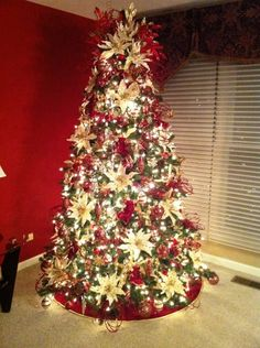christmas tree & 35 Christmas Décor Ideas In Traditional Red And Green | DigsDigs ...