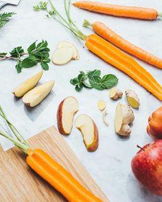 Preparativi per un succo energizzante e dissetante: mele carote e zenzero! Tagga un amico per condividere la ricetta 8 carote Un pezzetto di zenzero fresco 2 mele Un ciuffetto di menta fresca Lava con cura menta mele e carote. Pela lo zenzero (circa 3 cm saranno sufficienti). Disponi gli ingredienti nella centrifuga a velocità media mescola per bene e bevi di gusto!  #lacentrifuga #sicilianinsta #zenzero #ricetteitaliane #centrifugato #f52grams #feedfeed #eeeeeats #bareaders…